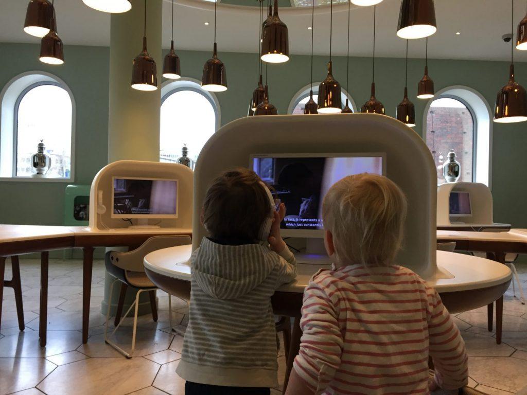 Filmpje kijken in Groninger Museum