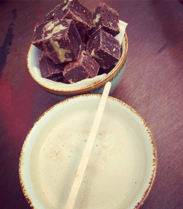 Latte met brownies bij Mr Mofongo Groningen op terras