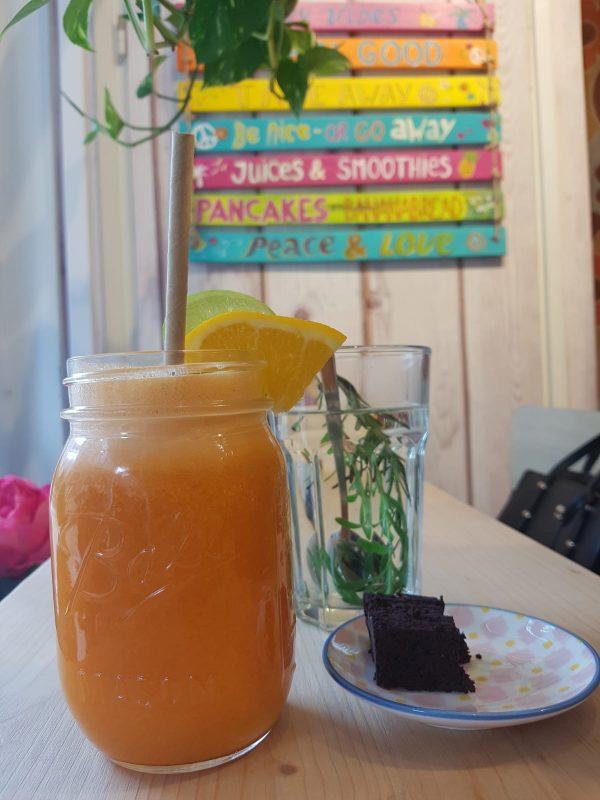 Feel Good Groningen: Good Fuel juice en rozemarijn- lavendel thee bij een vegan lunch of ontbijt