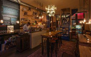 Wijn Groningen: stel je eigen wijnproeverij of high wine samen bij Barrel, Cappuvino en Frietwinkel - foto Borrel bij Barrel Maya