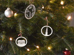 Houten kerstballen: kerstboom versiering Groningen met Martinitoren