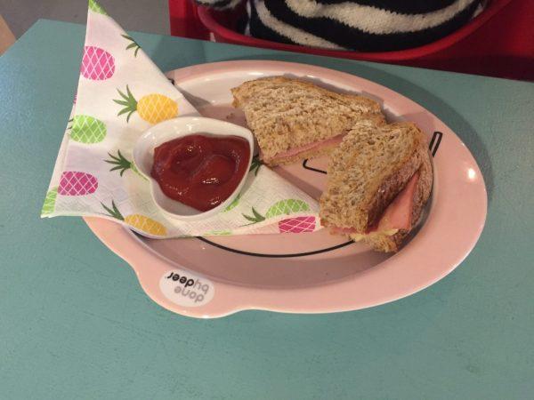 Kinderportie tosti in restaurant met speelhoek Groningen