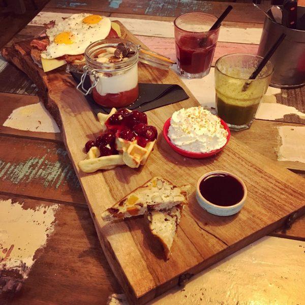 Ontbijten met een ontbijtplank in Groningen bij Wadapartja - foto Joukje