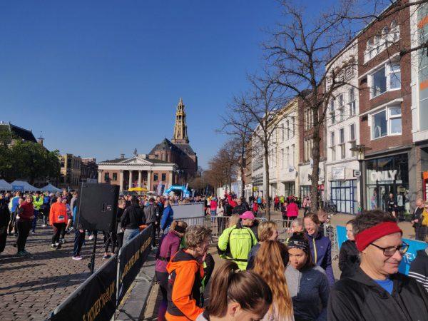 KLM Urban Trail Groningen- hardlopen tijdens hardloopwedstrijd start Vismarkt Groningen 2019