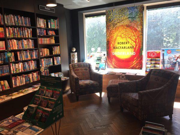 Boekhandel Van der Velde Akerkhof binnen reisboeken