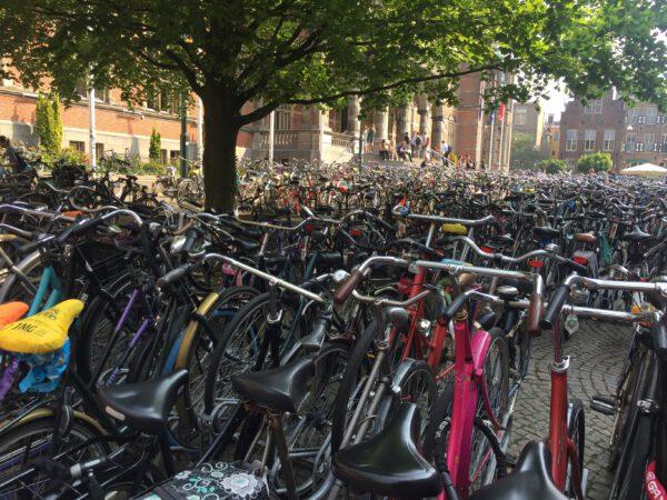 Fietsen in Groningen binnenstad voor Academie Gebouw