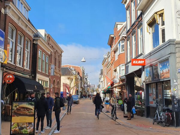 Oude Kijk in het Jatstraat met als bezienswaardigheid De Harmonie Groningen