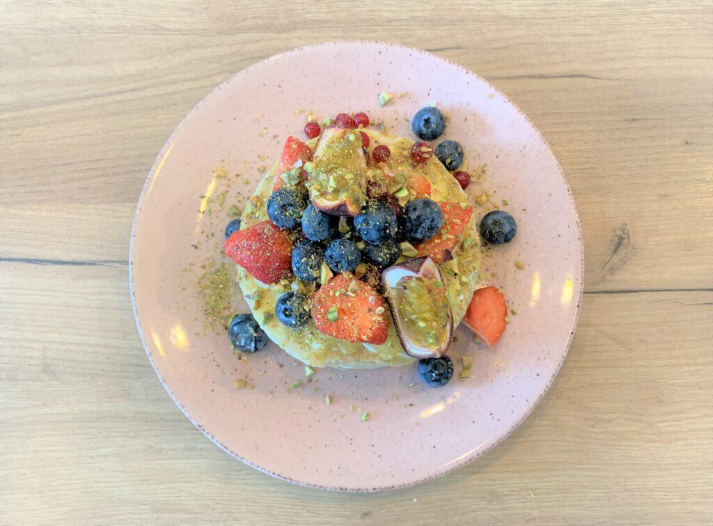 De geweldige pannenkoeken stacks van Blue Bananas Pancake Cafe